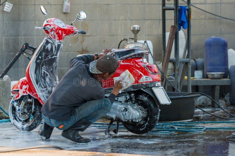 Schoonmaken van auto's met spons op een wasstation stock afbeeldingen