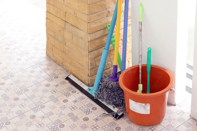 Schoonmakend materiaal, zwabberbezem en emmerafval voor afval het schoonmaken stock foto's
