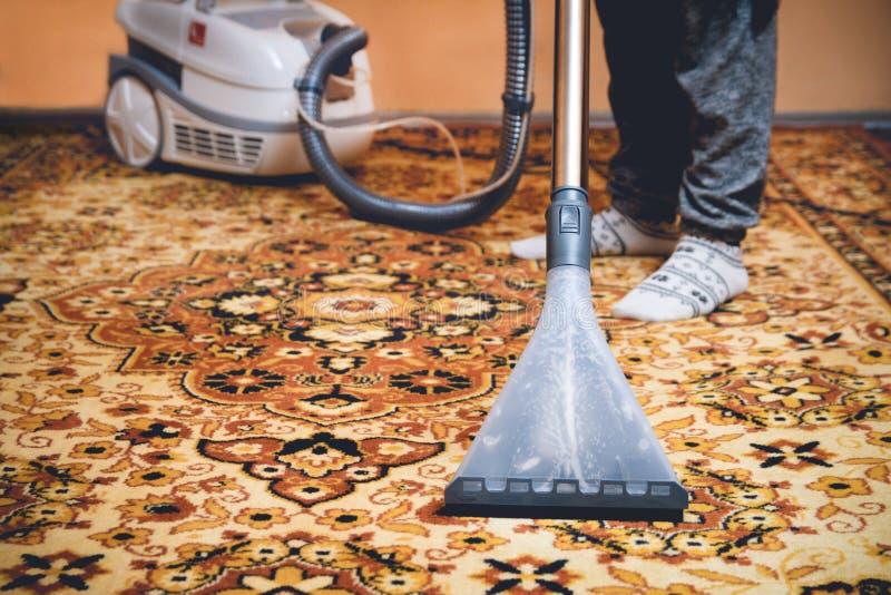 Schoonmakend Perzisch tapijt royalty-vrije stock fotografie