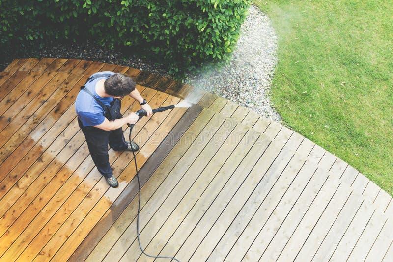 Schoonmakend terras met een machtswasmachine - schone hoogwaterdruk royalty-vrije stock afbeelding