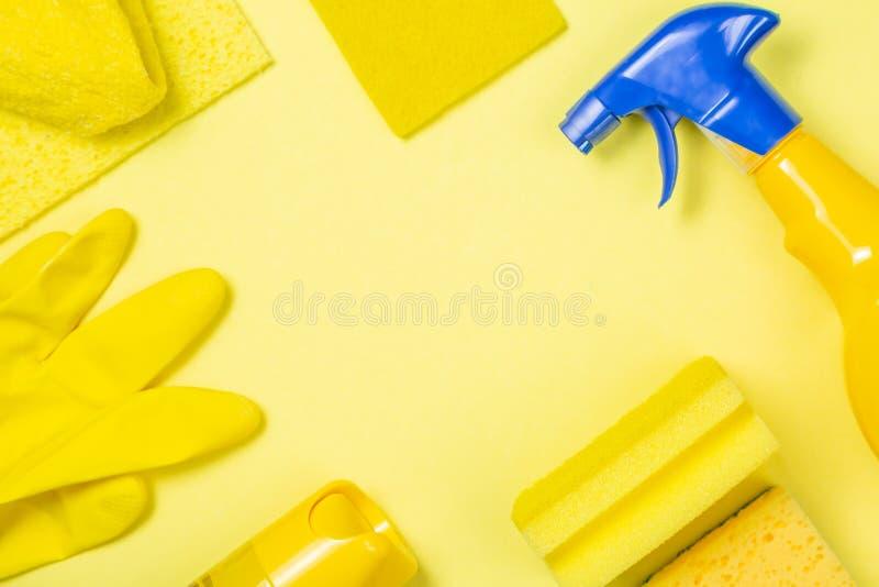Schoonmakende levering - gele flessen, nevelsspons op heldere pastelkleurachtergrond royalty-vrije stock afbeelding