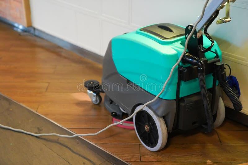 Schoonmakende machine die aan de vloer werken stock afbeeldingen