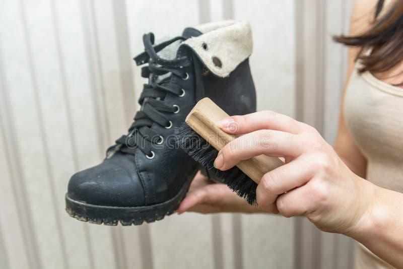 Schoonmakende schoenen met borstel royalty-vrije stock fotografie