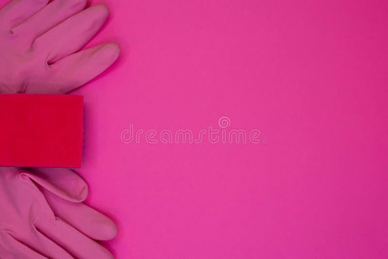 Schoonmakende toebehoren in roze kleur De schoonmakende dienst, kleine bedrijfsidee stock afbeeldingen