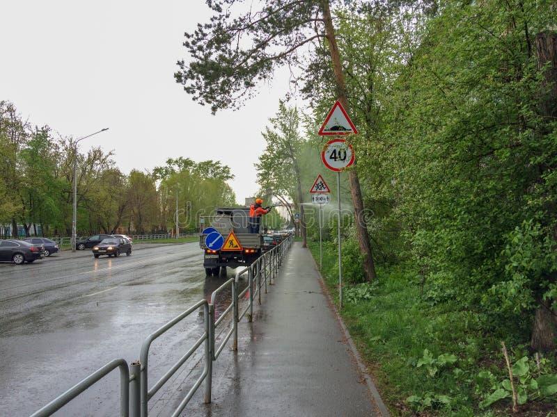 Schoonmakende verkeersteken op stadsstraat in chelyabinsk, Rusland stock foto