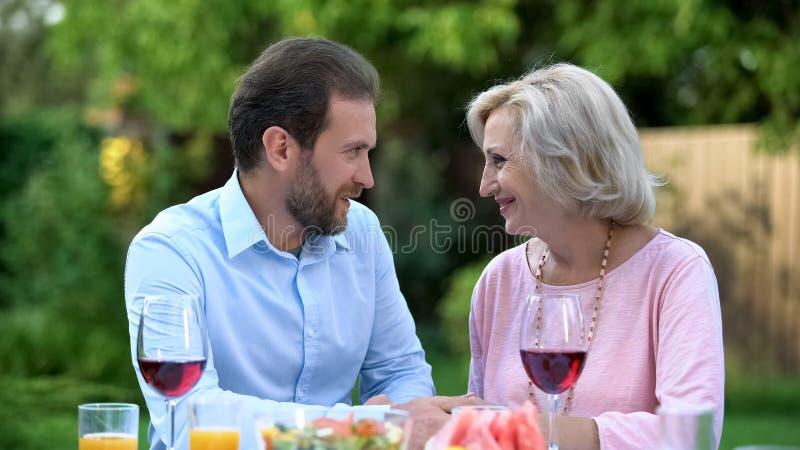 Schoonzoon die aan schoonmoeder, eerbiedig relaties en begrip spreken royalty-vrije stock afbeelding