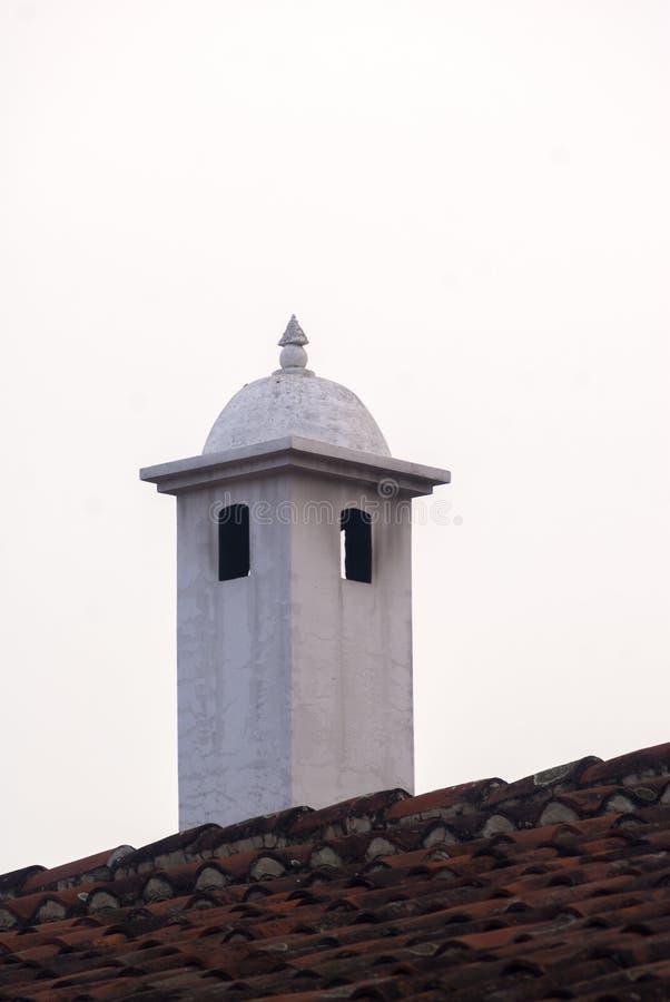 Schoorsteen in antigua Guatemala openluchtdakdetail Rookuitvoersysteem van huizen in Antigua Guatemala royalty-vrije stock afbeelding