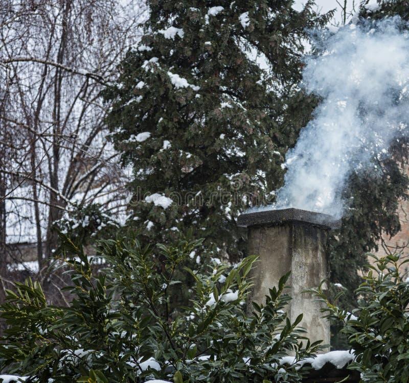 Schoorsteen in de de wintertijd royalty-vrije stock afbeeldingen