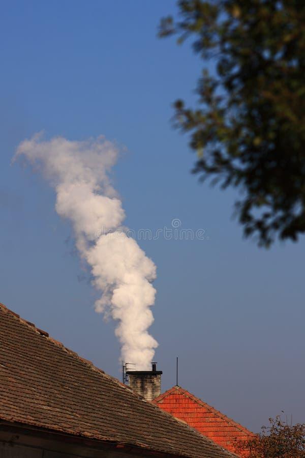 Schoorsteen met witte rook royalty-vrije stock foto