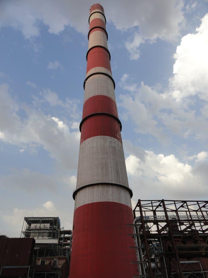 Schoorsteen Shell in een Thermische het Weergevengrond van Machtsplant_large stock afbeeldingen