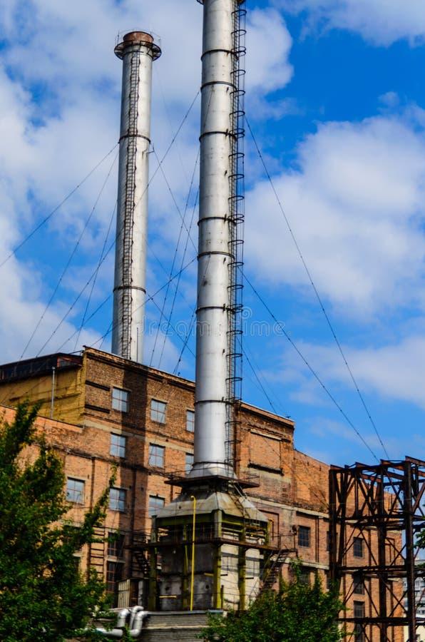 Schoorsteen van de oude elektrische centrale in een stad Kremenchug, de Oekra?ne stock afbeeldingen