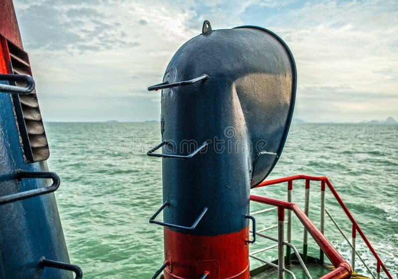 Schoorsteen van overzees schip stock fotografie