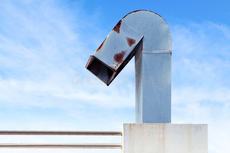 Schoorsteen, verwarmingspijp, schoorsteen van industriële fabriek op hemelblauw stock foto