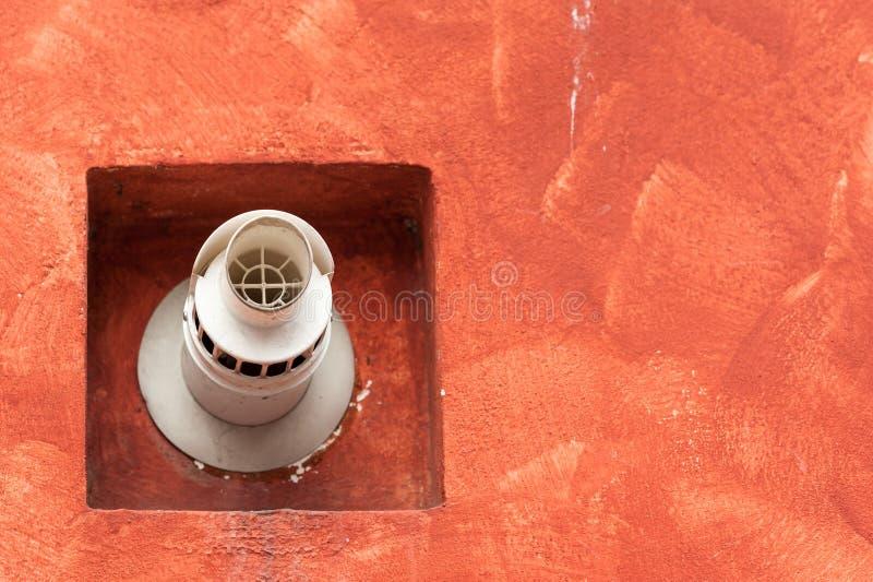 Schoorsteen voor rookafzet op de muur voor luchtdichte boiler stock foto's