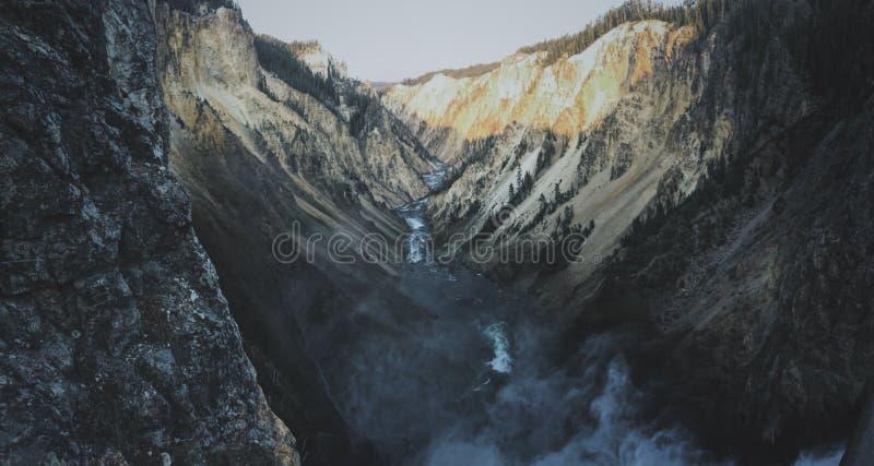 Schoot wijd een meer dat in het midden van de bergen bij grote canion van Yellowstone stroomt royalty-vrije stock afbeelding