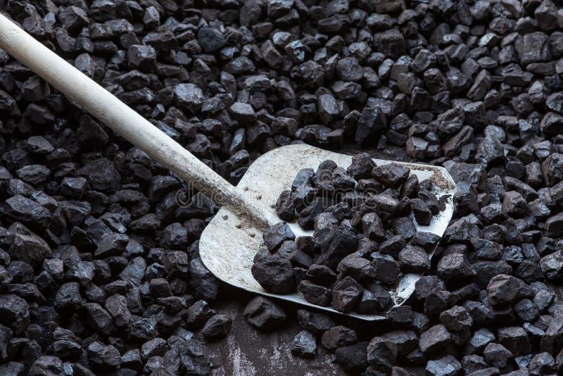 Schop en steenkool stock afbeelding