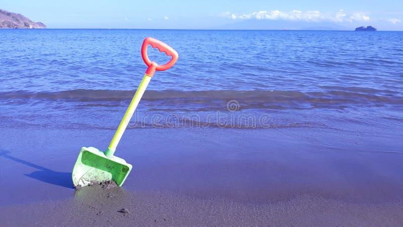 Schop in het zand stock afbeeldingen
