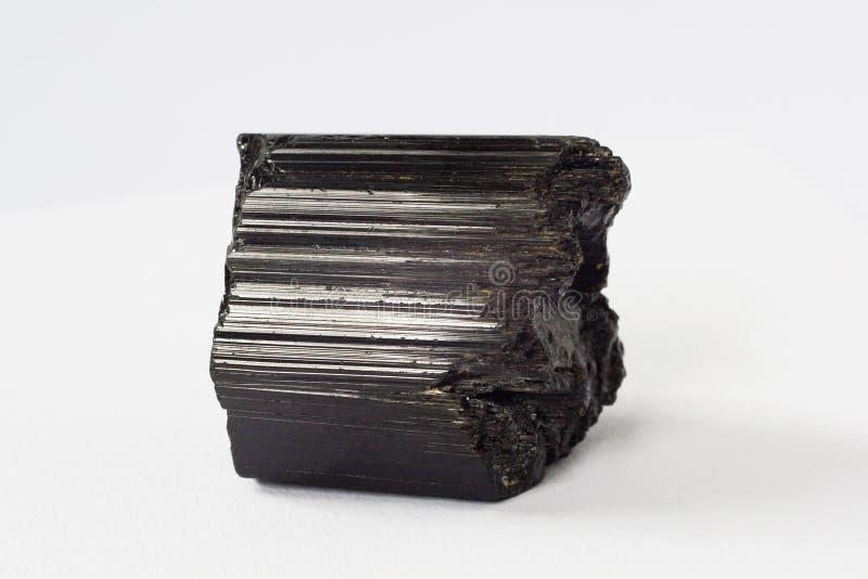Schorl mineralisk också svart tourmaline på vit bakgrund arkivbilder