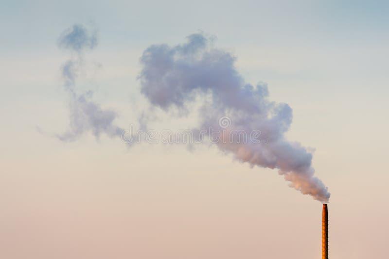 Schornstein, der Rauch und Verschmutzung freigibt lizenzfreie stockfotografie