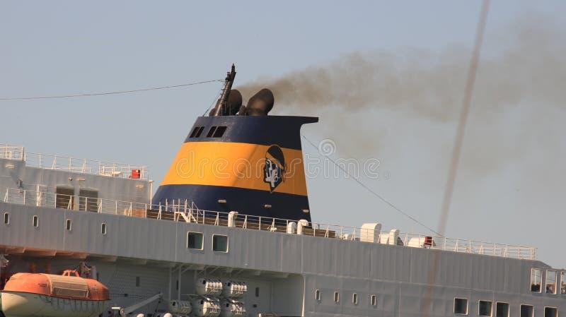 Schornstein eines großen Schiffs im Hafen Schwarzer Rauch kommt von stockfotografie