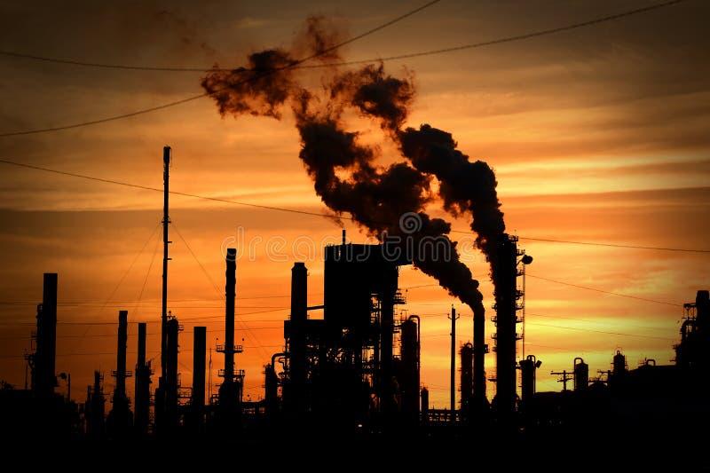 Schornsteine, die Umwelt verunreinigen stockbilder