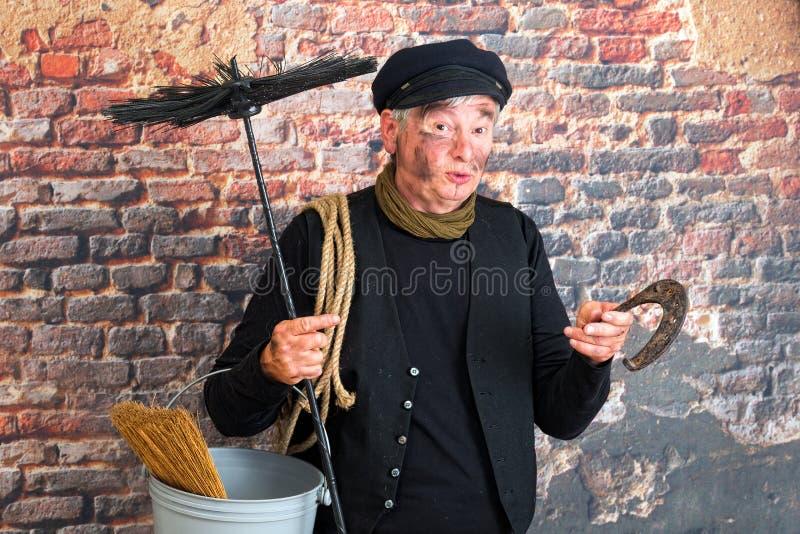 Schornsteinfeger mit Hufeisen stockfotografie