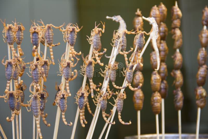 Schorpioenen en seahorses op stokken, Peking, China stock foto's