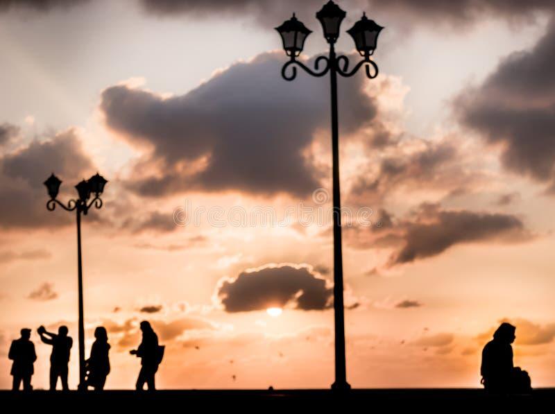 Schot en de zonsondergang van het eenzaamheidssilhouet het conceptuele stock foto