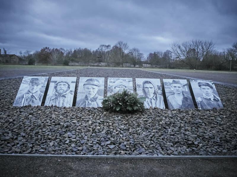Schot van een rij van beelden gewijd aan slachtoffers van het kamp stock foto's