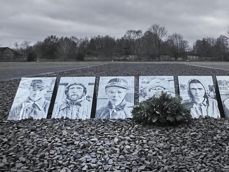 Schot van een rij van beelden gewijd aan slachtoffers in Sachsenhau royalty-vrije stock afbeeldingen