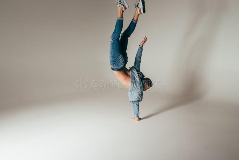 Schot van sprongvoeten omhoog, sprong, tribune op één de handen van ` s, van gekke, gekke, vrolijke, succesvolle, gelukkige kerel stock foto