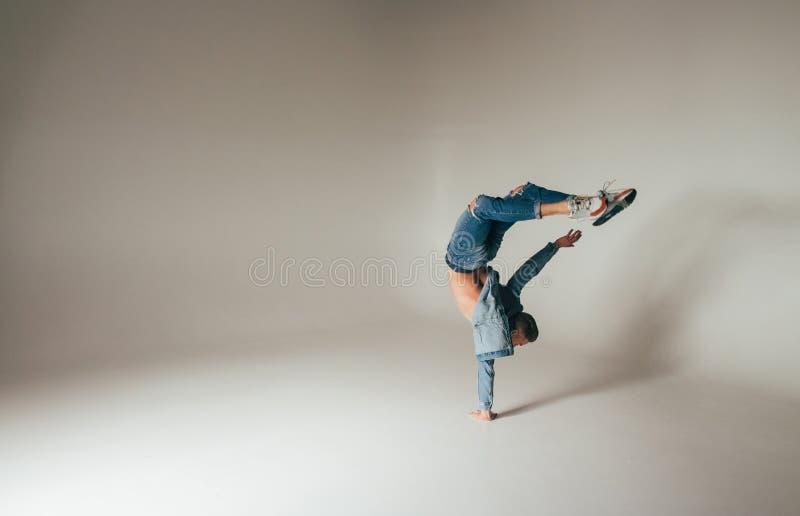 Schot van sprongvoeten omhoog, sprong, tribune op één de handen van ` s, van gekke, gekke, vrolijke, succesvolle, gelukkige kerel stock foto's