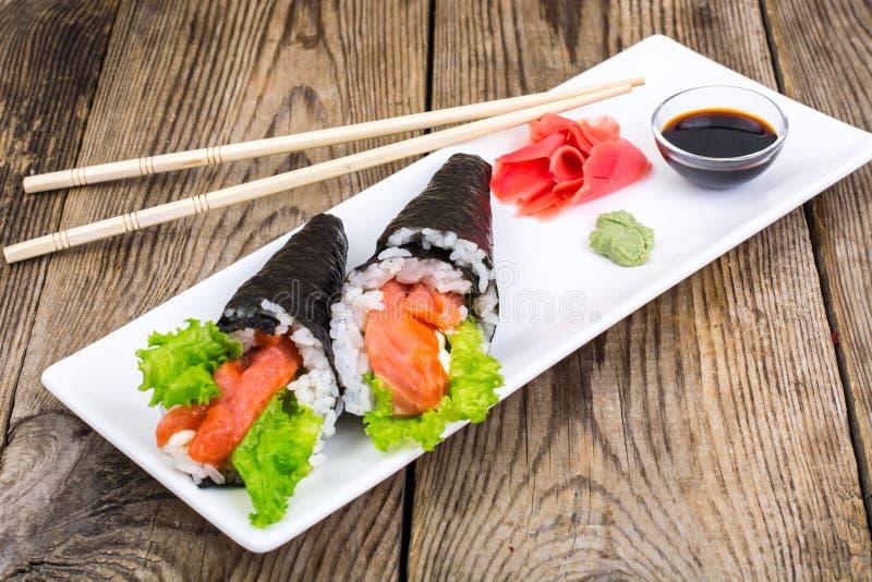 Schotel Japanse keuken op houten lijst stock foto's