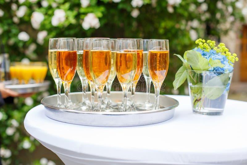 Schotel met champagne en wijnglazen stock foto's