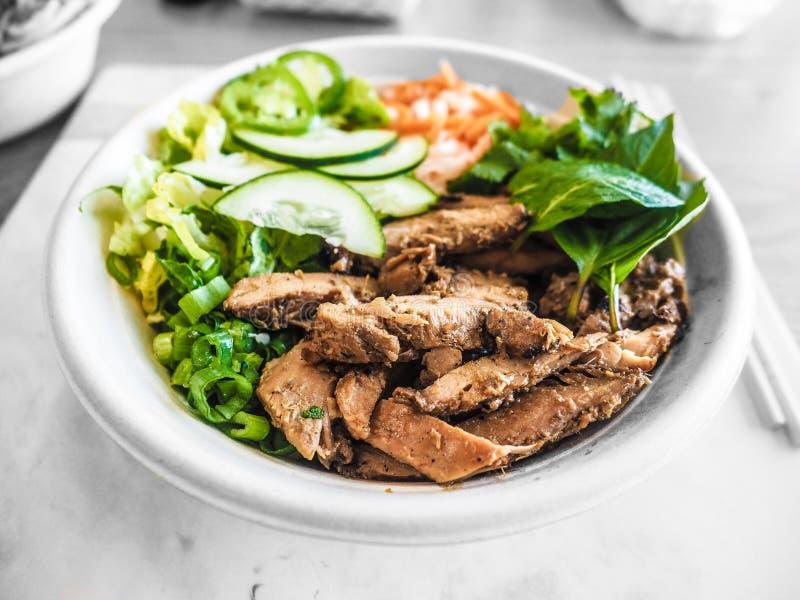 Schotel met gekookt rundvlees en gesneden groenten in een ronde witte plaat stock afbeelding