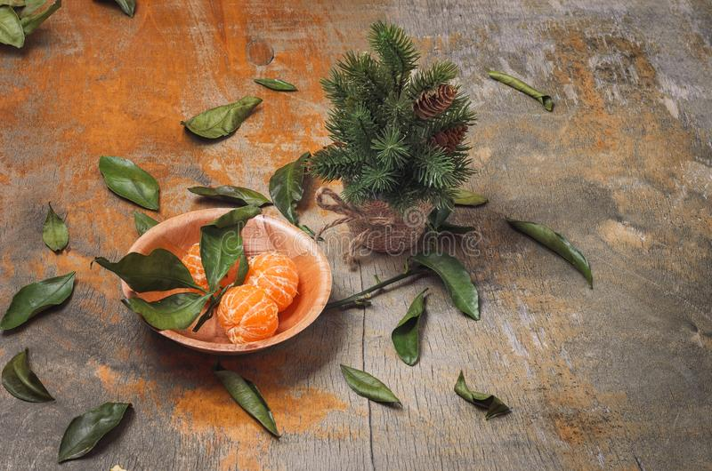 Schotel met gepelde mandarins en een kleine groene visgraat stock afbeelding