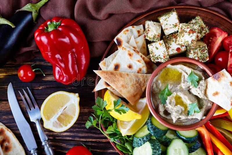 Schotel met groenten en baba ganoush onderdompeling royalty-vrije stock afbeeldingen