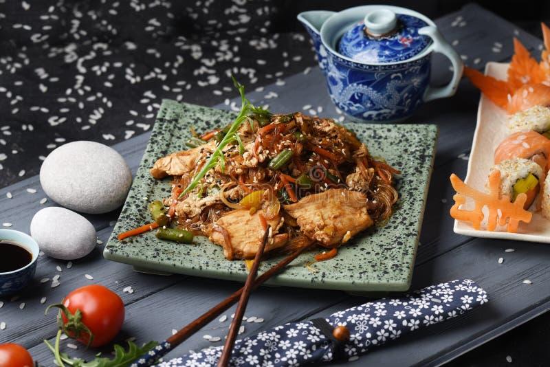 Schotel met rijstnoedels met groenten en kippenfilet Thaise, Chinese keuken royalty-vrije stock foto's