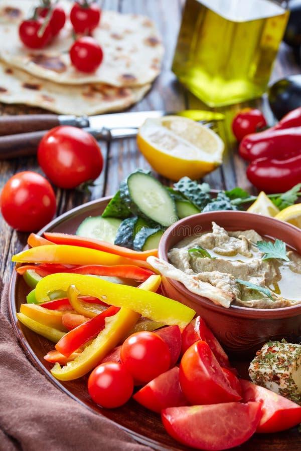 Schotel met veggiess en baba ganoush onderdompeling royalty-vrije stock afbeeldingen