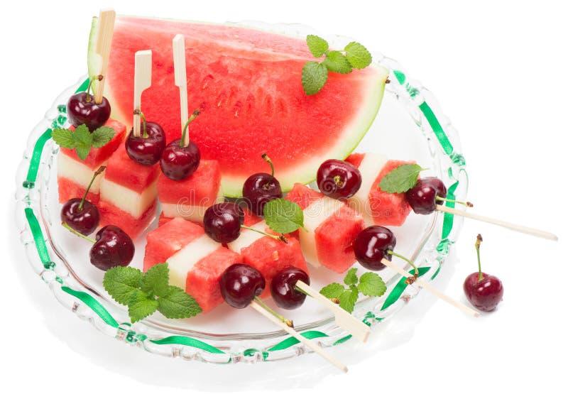 Schotel met verse fruitsalade (watermeloen, meloen, kersen, min royalty-vrije stock afbeelding