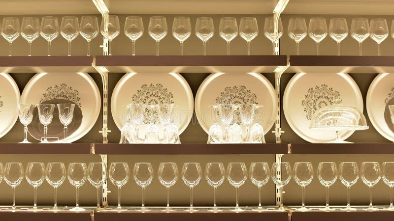Schotel met wijnglazen in opslag Ikea stock foto's