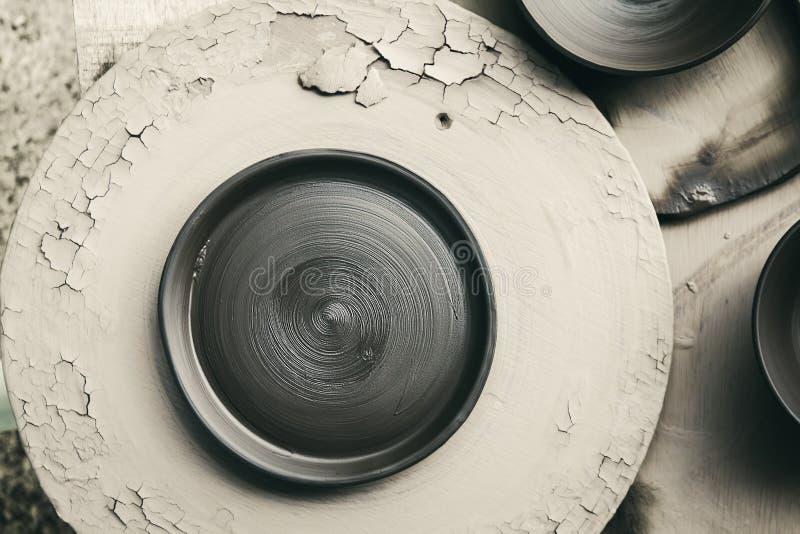 Schotel ruwe ceramisch (brand niet) op houten achtergrond stock afbeeldingen