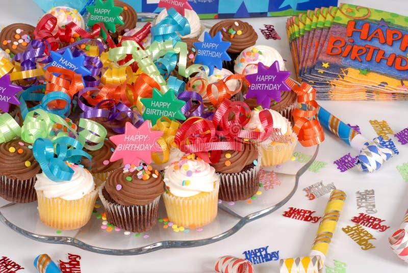 Schotel van cupcakes die met het Gelukkige thema van de Verjaardag wordt verfraaid royalty-vrije stock fotografie