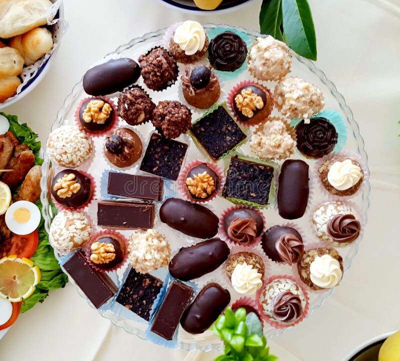 schotel van diverse cateringsbonbons, lijst en de hoogste mening van de voedseldecoratie stock afbeeldingen