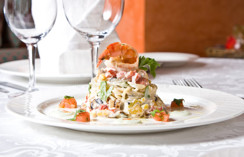 Schotel van een gebakken aubergine, een spaghetti, garnalen royalty-vrije stock fotografie