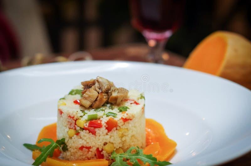 Schotel van kouskous en groenten en paddestoelen royalty-vrije stock afbeeldingen