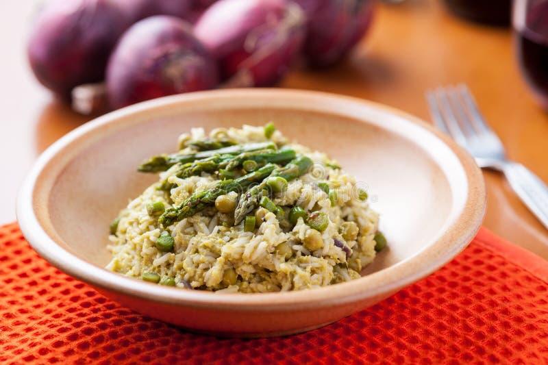 Schotel van risotto met asperge stock afbeeldingen