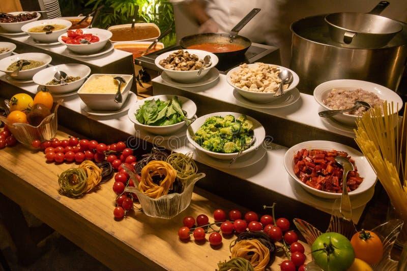 Schotels bij de internationale openluchtopstelling van het keukendiner bij het tropische eilandrestaurant royalty-vrije stock fotografie