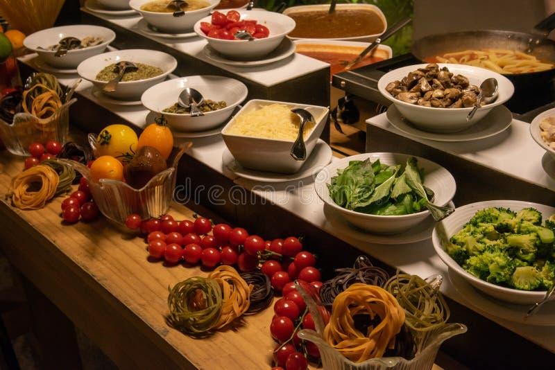 Schotels op platen bij de internationale openluchtopstelling van het keukendiner bij het tropische eilandrestaurant royalty-vrije stock foto