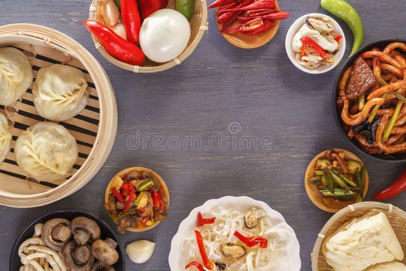 Schotels van Chinese keuken in assortiment Stoombollen, noedels, salades, groenten, paddestoelen, zeevruchten royalty-vrije stock foto's